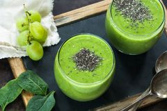 Зеленый smoothie авокадоа, шпината и виноградины с семенами chia Стоковые Фотографии RF