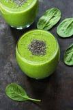 Зеленый smoothie авокадоа, шпината и виноградины с семенами chia Стоковые Фото