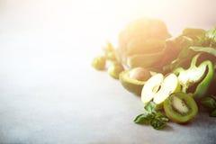 Зеленый smoothie в стеклянном опарнике с свежими органическими зелеными овощами и плодоовощами на серой предпосылке Диета весны,  Стоковая Фотография RF