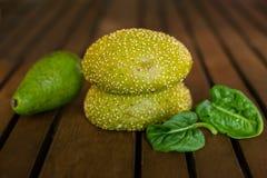 2 зеленых плюшки с семенами сезама закрывают вверх Стоковые Изображения RF