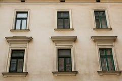 6 зеленых Windows на фасаде исторического здания Стоковые Изображения