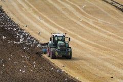 Земледелие - сельское хозяйство - вспахивать поле Стоковые Фото