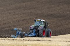 Земледелие - сельское хозяйство - вспахивать поле Стоковое Фото
