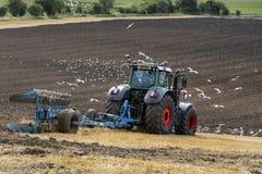 Земледелие - сельское хозяйство - вспахивая поле - Великобританию Стоковая Фотография