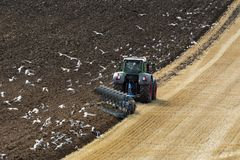 Земледелие - сельское хозяйство - вспахивая поле - Великобританию Стоковые Фото