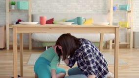 Землетрясение, мать и дочь Indore, пряча под таблицей медленным mo видеоматериал
