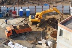Землечерпалка выкапывает отверстие на строительной площадке. Стоковое фото RF