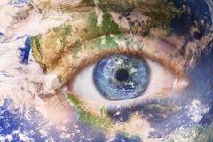 Земля будя концепцию, сохраняет планету Близкое поднимающее вверх изображение стороны женщины с покрашенной землей Творческая сме стоковые фото