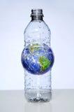 земля бутылки внутри пластичной воды Стоковая Фотография