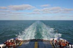 земля парома calais dover шлюпки выходя к Великобритании Стоковые Изображения RF