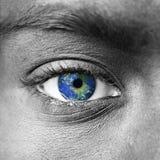 Земля планеты в голубом человеческом глазе стоковое фото rf
