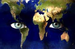 Земля планеты и голубые человеческие глаза стоковые изображения