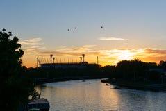 Земля сверчка реки и Мельбурна Yarra (MCG) на восходе солнца стоковое фото rf