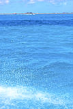 земная волна в дне голубого падения моря пены солнечном Стоковые Изображения RF