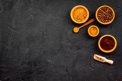 Земная приправа для варить десерты Циннамон, какао, порошок кофе на черном космосе экземпляра взгляд сверху предпосылки Стоковое Изображение