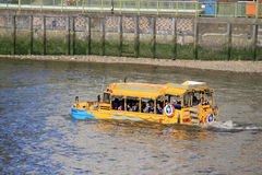 Земноводный корабль на реке Темзе, Лондоне, Англии Стоковое фото RF