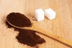 Земной кофе в деревянной ложке на таблице стоковое фото rf
