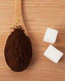 Земной кофе в деревянной ложке на таблице стоковая фотография