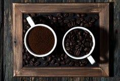 Земной кофе и кофейные зерна в чашках, взгляд сверху Стоковые Изображения