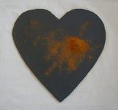 Земной циннамон показанный на сердце сформировал шифер Стоковые Изображения