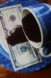 Земные кофейные зерна на долларе США стоковая фотография rf