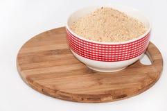 Земные печенья для подготавливать торт в белом шаре на деревянной доске Стоковая Фотография