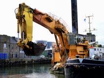 Земснаряд Backhoe на проекте гавани стоковое изображение