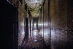 Землекопы в затопленном покинутом советском тоннеле бункера с стенами металла Стоковая Фотография