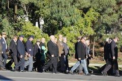Землекопы маршируют на столетний день март Anzac пригородов Стоковое Изображение RF