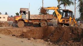 Землекоп в индийской деревне известной для своего виска Virupaksha сток-видео