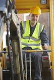 Землекоп рабочий-строителя работая на месте Стоковая Фотография