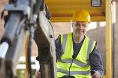 Землекоп рабочий-строителя работая на месте Стоковое фото RF