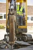 Землекоп рабочий-строителя работая на месте Стоковые Изображения