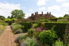 Земли суда Barrington около Ilminster Сомерсета Англии Великобритании с садами в солнечности лета Стоковые Фотографии RF