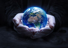 Земля в руках - концепция защиты среды стоковая фотография