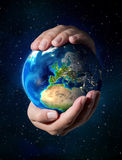 Земля в руках - предпосылка вселенного - Европа стоковые изображения rf