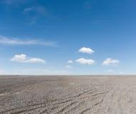 Земля голубого неба и гравия стоковые изображения rf