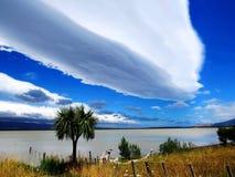 Земля длинного белого облака стоковые фотографии rf