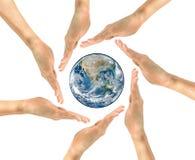 Земля планеты в центре круга человека вручает NASA Стоковые Изображения