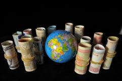 Земля планеты и свернутые деньги Стоковое фото RF