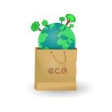 Земля планеты с деревьями в бумажной сумке Стоковые Изображения