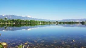 Зеркала танцуя через мемориальное озеро стоковые фотографии rf