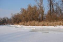 Зеркало воды покрыто с льдом реки Dnieper около острова Khortitsa в морозной зиме Город Zaporozhye Ukra Стоковые Изображения
