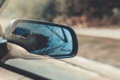 Зеркало заднего вида автомобиля фото тонизировало стоковая фотография rf