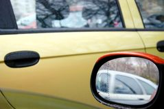 Зеркало заднего вида оранжевого автомобиля Стоковое Изображение