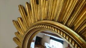 Зеркало золота богато украшенного starburst ретро стоковое изображение
