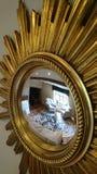 Зеркало золота большого богато украшенного декоративного starburst ретро стоковое изображение rf