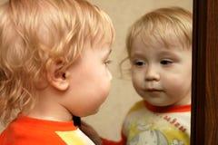 зеркало мальчика Стоковое Изображение RF