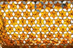 Зеркало мозаики украшено со стенами, штендерами потолка внутри буддийских висков стоковые изображения rf