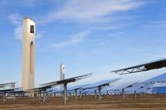 зеркало энергии зеленое обшивает панелями солнечную башню способную к возрождению Стоковое Изображение
